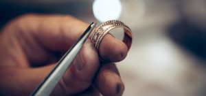 Conheça o processo de fundição de latão para fabricação de bijuterias